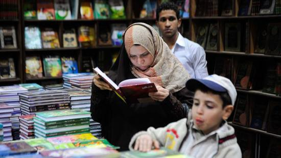 readers-at-the-cairo-book-fiarimago-xinhuaOK